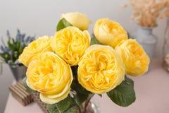 Желтый сад поднял Цветки букета роз в стеклянной вазе Затрапезное шикарное домашнее оформление Стоковые Фото