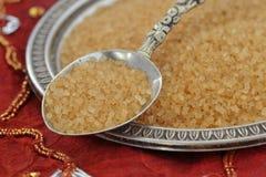 Желтый сахарный песок на ложке и плите Стоковое Изображение RF