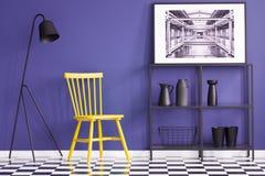 Желтый стул, черная лампа, полка металла, вазы и картина установили дальше Стоковая Фотография RF