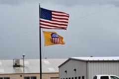 Желтый Тихий Океан соединения с флагом США на поляке стоковые изображения