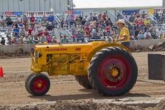 Желтый трактор Миннеаполис Moline стоковое фото
