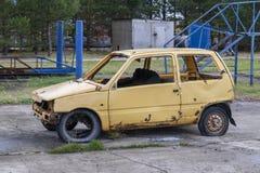 желтый цвет автомобиля старый стоковая фотография rf