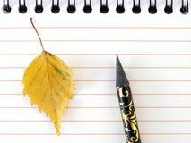желтый цвет блокнота листьев Стоковое фото RF
