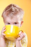 желтый цвет большого питья чашки мальчика смешной Стоковая Фотография
