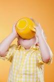 желтый цвет большого питья чашки ребенка смешной стоковая фотография