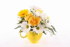 желтый цвет вазы цветков Стоковая Фотография