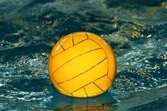 желтый цвет воды поло шарика стоковое изображение rf