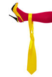 желтый цвет галстука женской ноги мыжской Стоковое Изображение