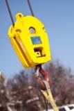 желтый цвет головного крюка крана красный Стоковое Фото