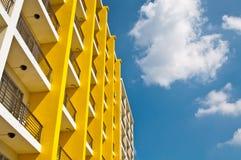 желтый цвет голубого неба здания белый Стоковые Фото