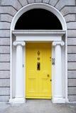желтый цвет двери Стоковая Фотография