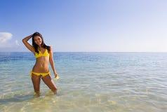 желтый цвет девушки бикини polynesian Стоковые Изображения