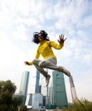 желтый цвет девушки блейзера скача Стоковые Фотографии RF