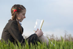 желтый цвет девушки книги предназначенный для подростков Стоковое фото RF