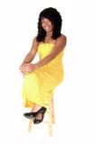 желтый цвет девушки платья сидя Стоковые Изображения