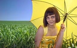 желтый цвет девушки платья Стоковые Фотографии RF