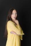 желтый цвет девушки платья Стоковые Фото