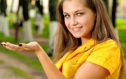 желтый цвет девушки платья Стоковые Изображения RF