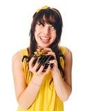 желтый цвет девушки подарка платья коробки нося Стоковые Фотографии RF