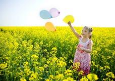 желтый цвет девушки поля воздушных шаров Стоковые Фото