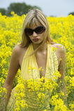 желтый цвет девушки поля Стоковые Изображения