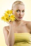 желтый цвет девушки цветка Стоковые Фотографии RF