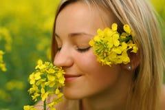 желтый цвет девушки цветков Стоковое Изображение RF