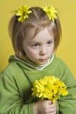 желтый цвет девушки цветков Стоковое фото RF