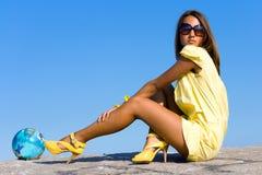 желтый цвет девушки Стоковые Изображения