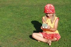 желтый цвет дома девушки платья красный Стоковое Фото