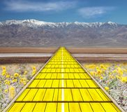 желтый цвет дороги кирпича стоковая фотография