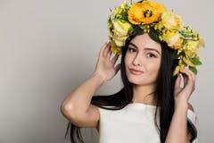 желтый цвет женщины весны принципиальной схемы зеленый Женщина лета красоты с красочным венком цветков Красивая дама с зацветать  Стоковое Изображение RF