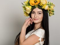 желтый цвет женщины весны принципиальной схемы зеленый Женщина лета красоты с красочным венком цветков Красивая дама с зацветать  Стоковое Изображение
