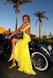 желтый цвет женщины платья сногсшибательный Стоковые Фотографии RF
