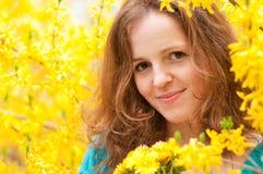 желтый цвет женщины redhead портрета Стоковые Изображения RF