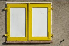 Желтый цвет закрывает на окне дома в Магдебурге стоковые фото