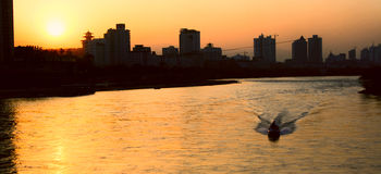 желтый цвет захода солнца реки города Стоковое Изображение RF
