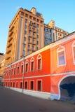 желтый цвет зданий красный стоковые фото