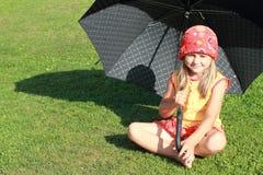 желтый цвет зонтика черной девушки платья красный Стоковые Изображения