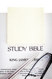 желтый цвет изучения блокнота библии Стоковые Изображения