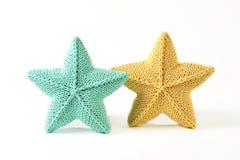 Желтый цвет и зеленоголубая связанная пятиконечная звезда сформировали подушки на белой предпосылке - 2 части Стоковое Изображение RF