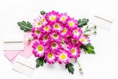 желтый цвет картины сердца цветков падения бабочки флористический Букет розовых цветков и envolope с поздравительной открыткой на Стоковые Изображения RF