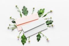 желтый цвет картины сердца цветков падения бабочки флористический Конверт среди бутонов и листьев на белом взгляд сверху предпосы Стоковые Фотографии RF