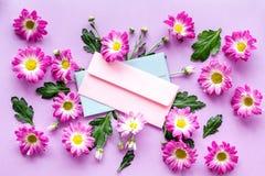 желтый цвет картины сердца цветков падения бабочки флористический Пинк iamong конверта цветет на фиолетовом взгляд сверху предпос Стоковые Фото