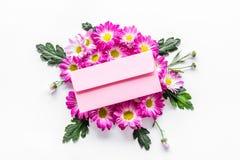 желтый цвет картины сердца цветков падения бабочки флористический Букет розовых цветков и envolope с поздравительной открыткой на Стоковая Фотография RF