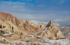 желтый цвет контраста принципиальной схемы гловальный высокий преднамеренный тонизируя грея Марокко, высокие горы атласа Пик покр Стоковые Фотографии RF