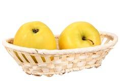 желтый цвет корзины 2 яблок Стоковое Изображение