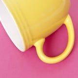 желтый цвет кофейной чашки предпосылки живой Стоковая Фотография