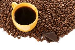 желтый цвет кофейной чашки фасолей зажаренный в духовке Стоковые Изображения RF