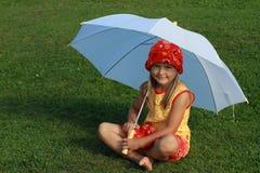 желтый цвет красного зонтика девушки платья белый Стоковые Изображения